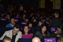 public cu deficienta de vedere in sala de cinema